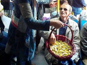 kontrollery v belgrade razdayut passajiram shokoladki Контроллеры в Белграде раздают пассажирам шоколадки