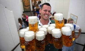 Немецкий официант установил рекорд по поднятым кружкам пива