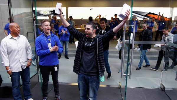 pervyi pokupatel iPhone 6 v avstralii uronil ego vyidya iz magazina Первый покупатель iPhone 6 в Австралии уронил его, выйдя из магазина