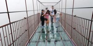 steklyannyi podvesnoi most otkrylsya v kitae na vysote 180 m nad zemlei Стеклянный подвесной мост открылся в Китае на высоте 180 м над землей