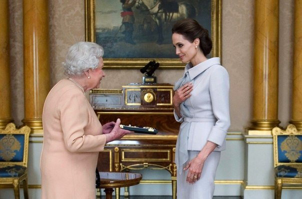 koroleva velikobritanii prisvoila andjeline djoli titul kavalerstvennoi damy Королева Великобритании присвоила Анджелине Джоли титул кавалерственной дамы