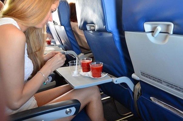 pochemu passajiry samoletov tak lyubyat tomatnyi sok Почему пассажиры самолетов так любят томатный сок?
