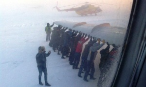 passajiram prishlos tolkat samolet chtoby vyletet v krasnoyarsk Пассажирам пришлось толкать самолет, чтобы вылететь в Красноярск