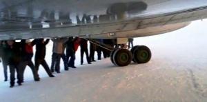 passajiry v igarke tolkali samolet radi selfi Пассажиры в Игарке толкали самолет ради селфи