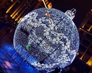 v centre moskvy poyavilsya ogromnyi elochnyi shar В центре Москвы появился огромный елочный шар