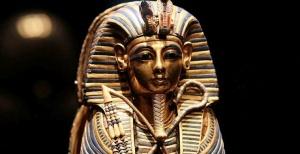 slomana pogrebalnaya maska tutanhamona v muzee kaira Сломана погребальная маска Тутанхамона в музее Каира