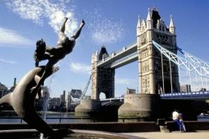 ispanskie turisty iskupalis v temze Испанские туристы искупались в Темзе