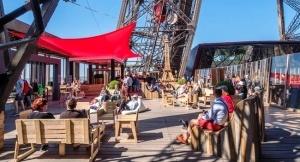 letnyaya terrasa otkrylas na eifelevoi bashne Летняя терраса открылась на Эйфелевой башне