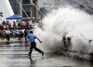 na hainan obrushilsya moshnyi taifun На Хайнань обрушился мощный тайфун