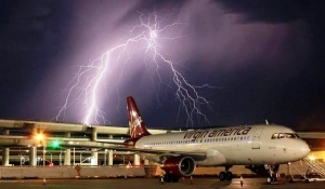 passajir zasnyal udar molnii v samolet Пассажир заснял удар молнии в самолет