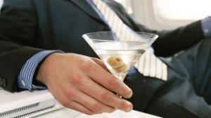 styuardessa byla uvolena za otkaz raznosit alkogol Стюардесса была уволена за отказ разносить алкоголь