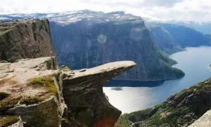 turistka upala s yazyka trollya v norvegii Туристка упала с Языка Тролля в Норвегии