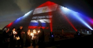 piramidu heopsa okrasili v cveta flagov rossii francii i livana Пирамиду Хеопса окрасили в цвета флагов России, Франции и Ливана