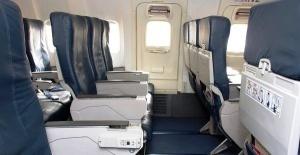 passajirka pytalas otkryt dver samoleta vo vremya poleta Пассажирка пыталась открыть дверь самолета во время полета