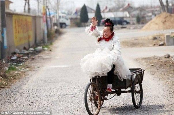 pochemu kitayanka 10 let nosit tolko svadebnye platya Почему китаянка 10 лет носит только свадебные платья?