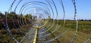 latviya nachala stroit zabor na granice s rossiei Латвия начала строить забор на границе с Россией