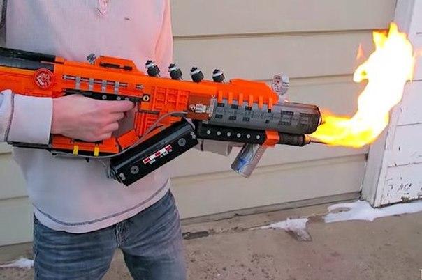 amerikanec sobral ognemet iz LEGO Американец собрал огнемет из LEGO
