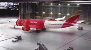iberiya naryadila samolet v rojdestvenskii sviter «Иберия» нарядила самолет в рождественский свитер