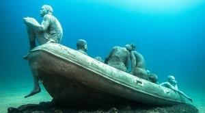 pamyatnik migrantam ustanovili na dne atlanticheskogo okeana Памятник мигрантам установили на дне Атлантического океана