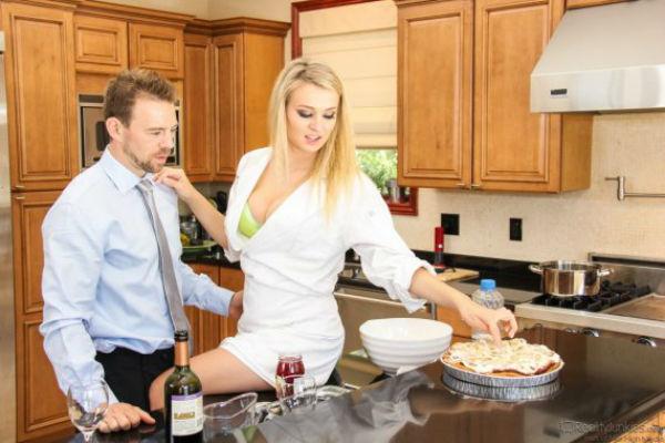 Жена на кухне с другом 10