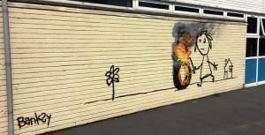 benksi narisoval graffiti na stene shkoly v rodnom gorode Бэнкси нарисовал граффити на стене школы в родном городе