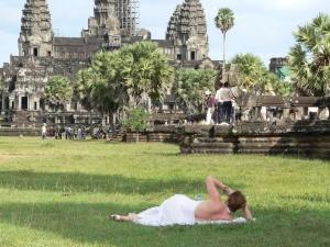 angkor vat teper nelzya poseshat v shortah i prozrachnoi odejde Ангкор Ват теперь нельзя посещать в шортах и прозрачной одежде