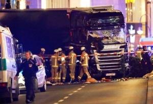 policiya gruzovik namerenno vrezalsya v tolpu v berline Полиция: грузовик намеренно врезался в толпу в Берлине