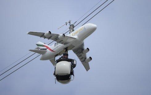 A380 Emirates parit nad kortami rolan garros v parije A380 Emirates парит над кортами Ролан Гаррос в Париже