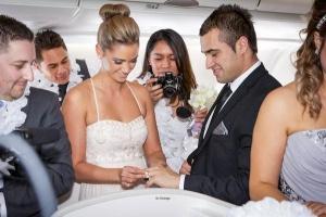 Fiji Airways pojenil v vozduhe odnovremenno pyat par molodojenov Fiji Airways поженил в воздухе одновременно пять пар молодоженов