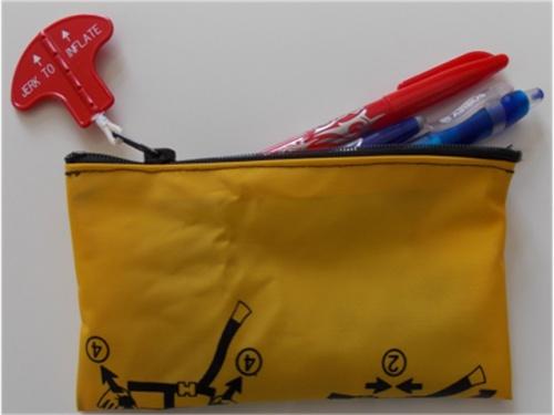 dvoe francuzov vypustili seriyu predmetov iz pererabotannyh spasatelnyh jiletov Двое французов выпустили серию предметов из переработанных спасательных жилетов