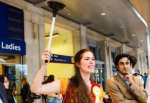 gid s vantuzom provodit ekskursii po tualetam londona Гид с вантузом проводит экскурсии по туалетам Лондона