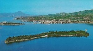 grecheskii ostrov so smotrovoi bashnei i sobstvennoi cerkovyu vystavlen na prodaju Греческий остров со смотровой башней и собственной церковью выставлен на продажу