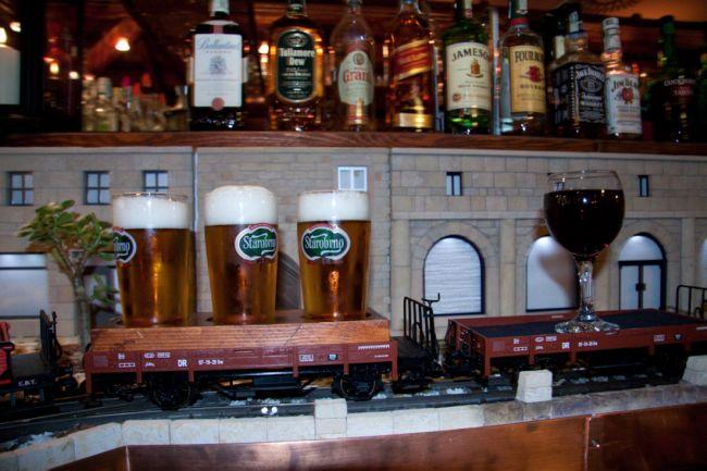 igrushechnyi poezd privozit pivo posetitelyam cheshskogo bara Игрушечный поезд  привозит пиво посетителям чешского бара