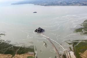 mon sen mishel okazalsya polnostyu okrujennym vodoi vpervye s 1879 goda Мон Сен Мишель оказался полностью окруженным водой впервые с 1879 года