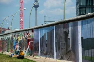 na berlinskuyu stenu povesili fotografii opasnyh pogranichnyh zon На Берлинскую стену повесили фотографии опасных пограничных зон