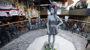 pamyatnik emi uainhaus otkryli v londone Памятник Эми Уайнхаус открыли в Лондоне