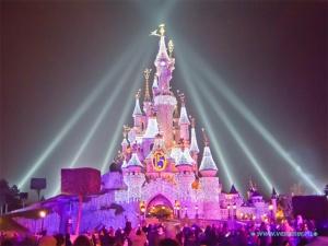 parijskii disneilend priglashaet na nochnye spektakli Парижский Диснейленд приглашает на ночные спектакли