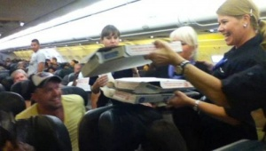 pilot nakormil passajirov piccei Пилот накормил пассажиров пиццей