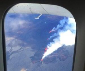 pilot sdelal krug nad vulkanom chtoby passajiry smogli ego rassmotret Пилот сделал круг над вулканом, чтобы пассажиры смогли его рассмотреть