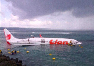 samolet upal v okean pri posadke na bali Самолет упал в океан при посадке на Бали