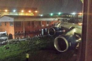 samolet zadel krylom zdanie v aeroportu iohannesburga Самолет задел крылом здание в аэропорту Йоханнесбурга