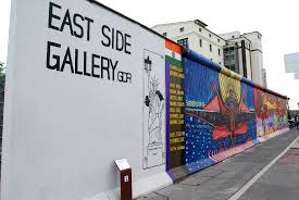 segodnya byl vozobnovlen demontaj fragmenta berlinskoi steny Сегодня был возобновлен демонтаж  фрагмента Берлинской стены