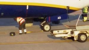 sotrudnikov Ryanair zasnyali na video vybrasyvayushimi bagaj na zemlyu Сотрудников Ryanair засняли на видео выбрасывающими багаж на землю