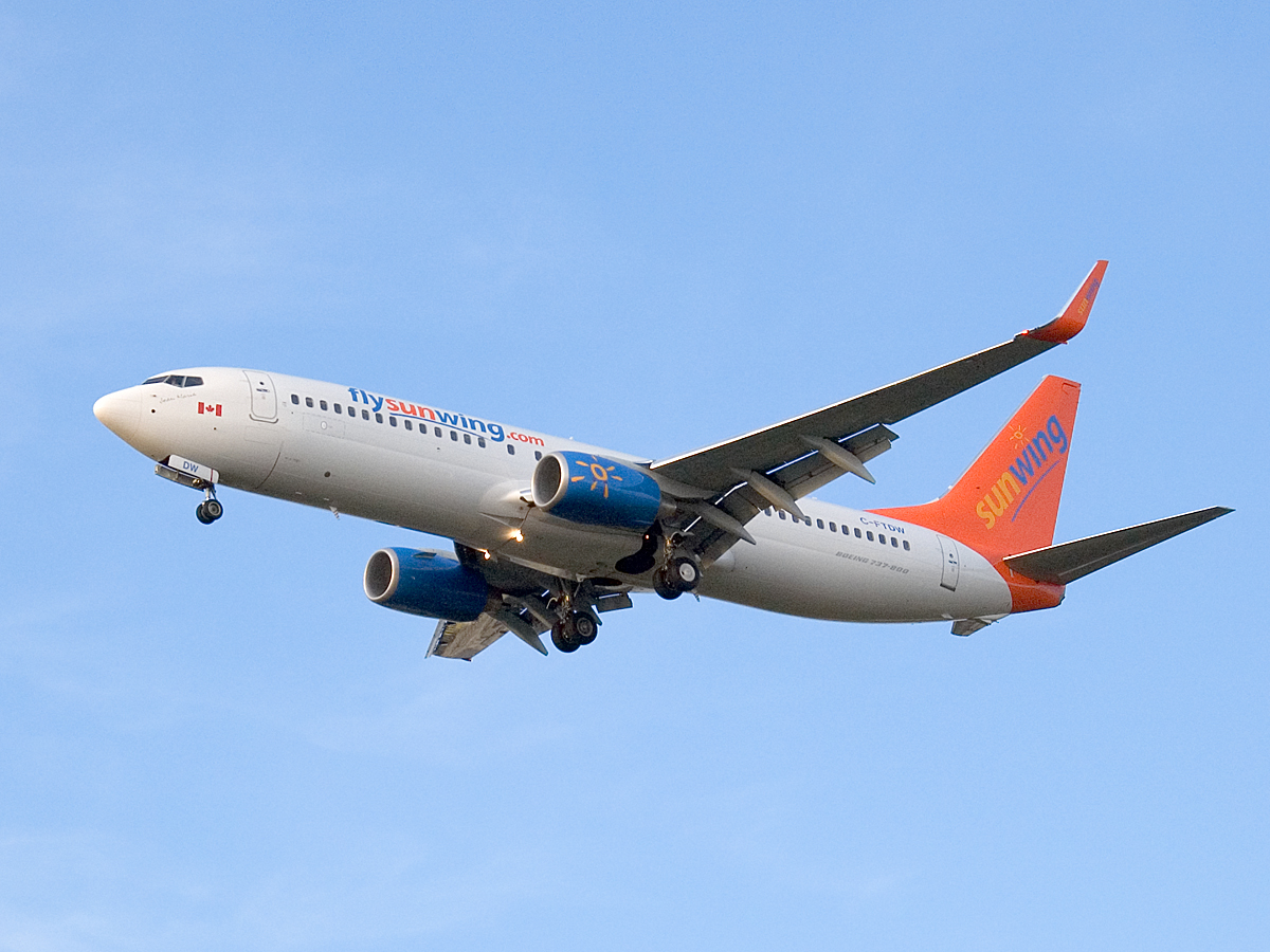v aeroportu toronto neterpelivyi passajir vyprygnul iz samoleta В аэропорту Торонто нетерпеливый пассажир выпрыгнул из самолета
