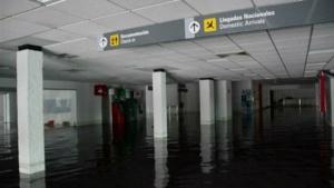 В Акапулько затопило аэропорт