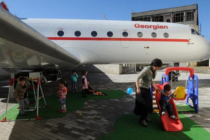 v gruzii staryi samolet prevratili v detskii sad В Грузии старый самолет превратили в детский сад
