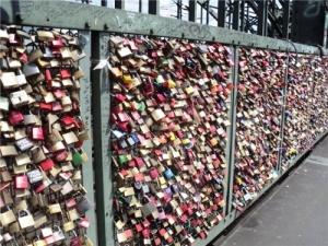 v parije zapretili veshat zamki na mostah В Париже запретили вешать замки на мостах