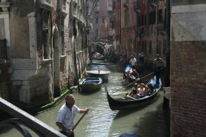 Венеция ужесточает правила перемещения по городским каналам
