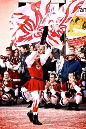 vo florencii proidet sostyazanie jonglerov flagami Во Флоренции пройдет состязание жонглеров флагами