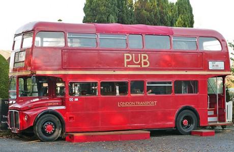 znamenityi angliiskii krasnyi avtobus sdelali pabom Знаменитый английский красный автобус сделали пабом
